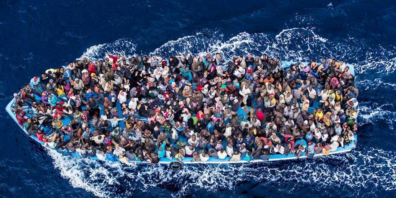lo sguardo dei migranti è pieno di speranza nello scatto zenitale di Massimo Sestini